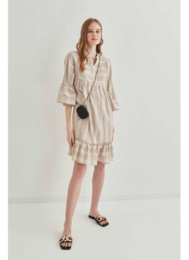 Vitrin Kollar Etek Ucu Volan Detaylı Elbise Bej